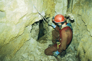 Flaviamo Masetto alla base del primo pozzo scruta la finestra allargata sul secondo salto (archivio GGS)