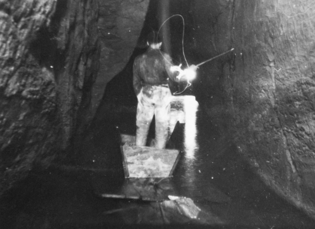 1933 la prima imbarcazione che servì per superare il Laghetto di Caronte (archivio GGT)