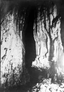 Anni '30 Pila dell'Acqua Santa vista da dentro quando ancora c'era il pezzo inferiore (archivio GGT)