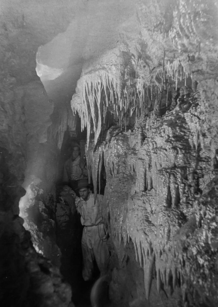 Corridoio delle Stalattiti anni '38-39 (foto di Aldo Allegranzi, archivio GGT)