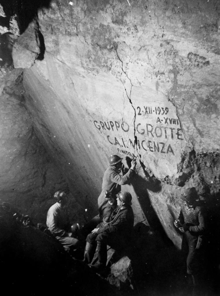 2/12/1938 Gastone Trevisiol realizza la storica scritta. A sinistra Allegranzi e Fornasiero , a destra non identificato (foto di Aldo Allegranzi, archivio GGT)
