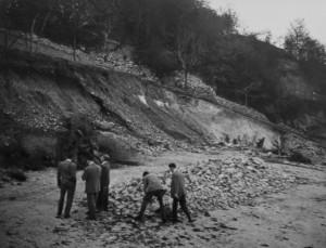 Si scava alla ricerca di reperti paleolitici nella cava adiacente l'ingresso negli anni '50. Qui ora si trova il parco dell'Incantamonte (foto archivio GGT)