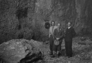 18/11/1945 Da Schio, Allegranzi, Perin con sullo sfondo la lapide in memoria di Gastone Trevisiol appena posta (archivio GGT)