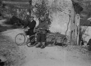 18/11/1945 Ca' Maddalena: Fornasiero ed Allegranzi trasportano la lapide in memoria di Gastone Trevisiol (archivio GGT)