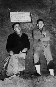 1970 Aldo Allegranzi e Romano Trevisiol davanti alla targa posta in ricordo di Gastone Trevisiol al Laghetto di Caronte (archivio GGT)