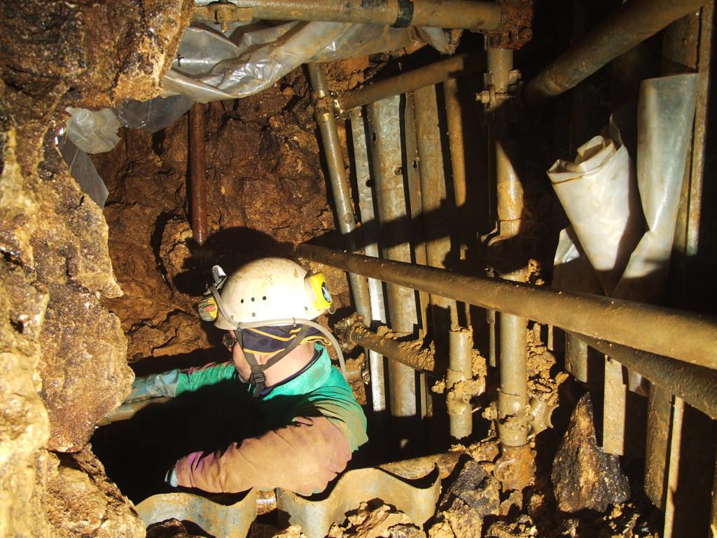 Damiano Sfriso nel primo abbassamento dello scavo nella frana verso la Rana (foto Sandro Sedran)