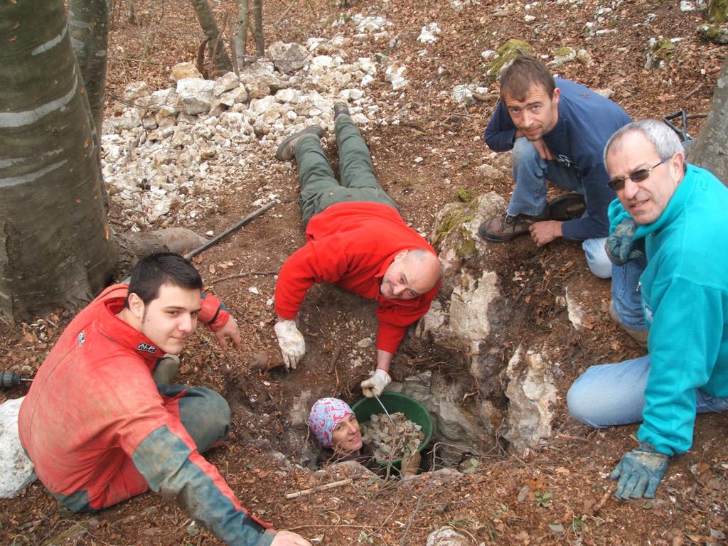 Si scava per aprire il secondo ingresso della Pisatela (archivio GGS)