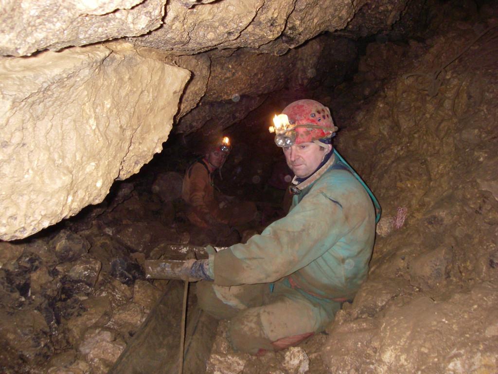 2006 Flavio Cappellotto impegnato nello scavo della frana in Pisatela