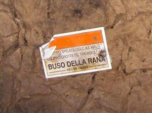La targa posta da Lanaro e Da Meda in Saletta Ultima Spiaggia durante il rilievo esplorativo del 1993 (foto Ivan Chemello)