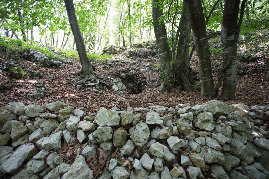 L'ingresso alto della Pisatela con tutto il materiale di risulta dello scavo intrapreso per aprirlo.