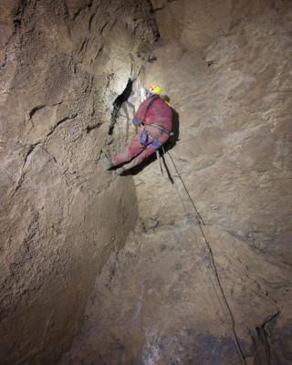 La stretta fessura di accesso al Ramo Frankigna, sopra il Ramo Principale (foto Sandro Sedran team, archivio GSM)