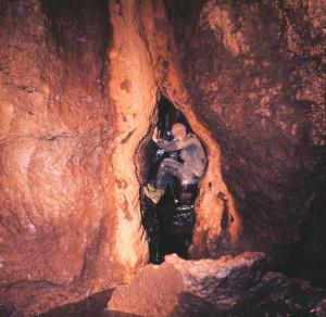 Enrico Gleria all'ingresso del Ramo Nero durante i primi anni d'esplorazione (archivio GGT)