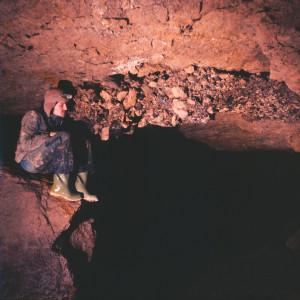Enrico Gleria nei Rami a valle di Sala Snoopy. Conglomerato cementato su soffitto, anni '70 (archivio GGT)