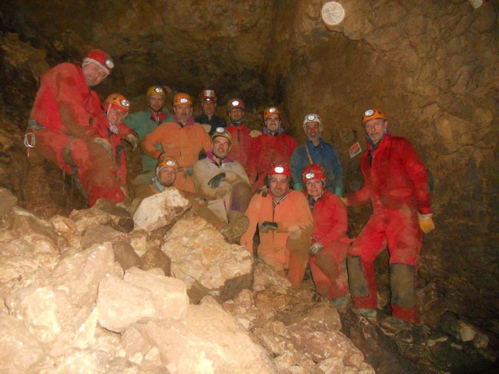 17/3/2012 giunzione Rana-Pissy, Saletta Ultima Spiaggia: per la prima volta degli speleologi entrano in Rana dal secondo ingresso (foto archivio GSM)
