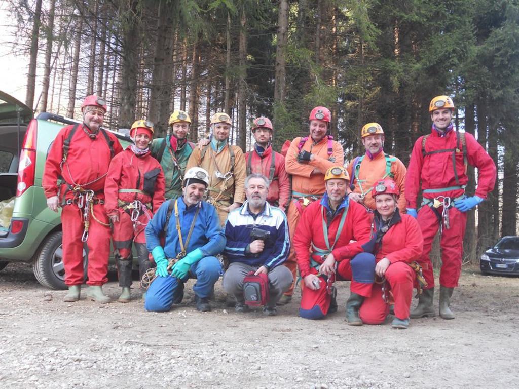 17/3/2012 giunzione Rana-Pissy, gli speleologi GGS e GSM presenti all'evento (foto archivio GSM)