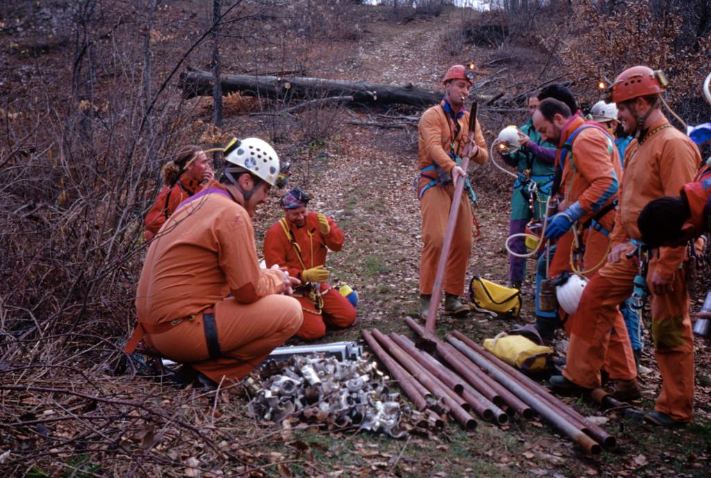 Si preparano i materiali da portare alla frana in Pisatela (foto Sandro Sedran)