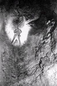 Ramo dei Salti: la risalita di un fusoidedi 10m nella zona iniziale, 1979 (foto archivio GSM)