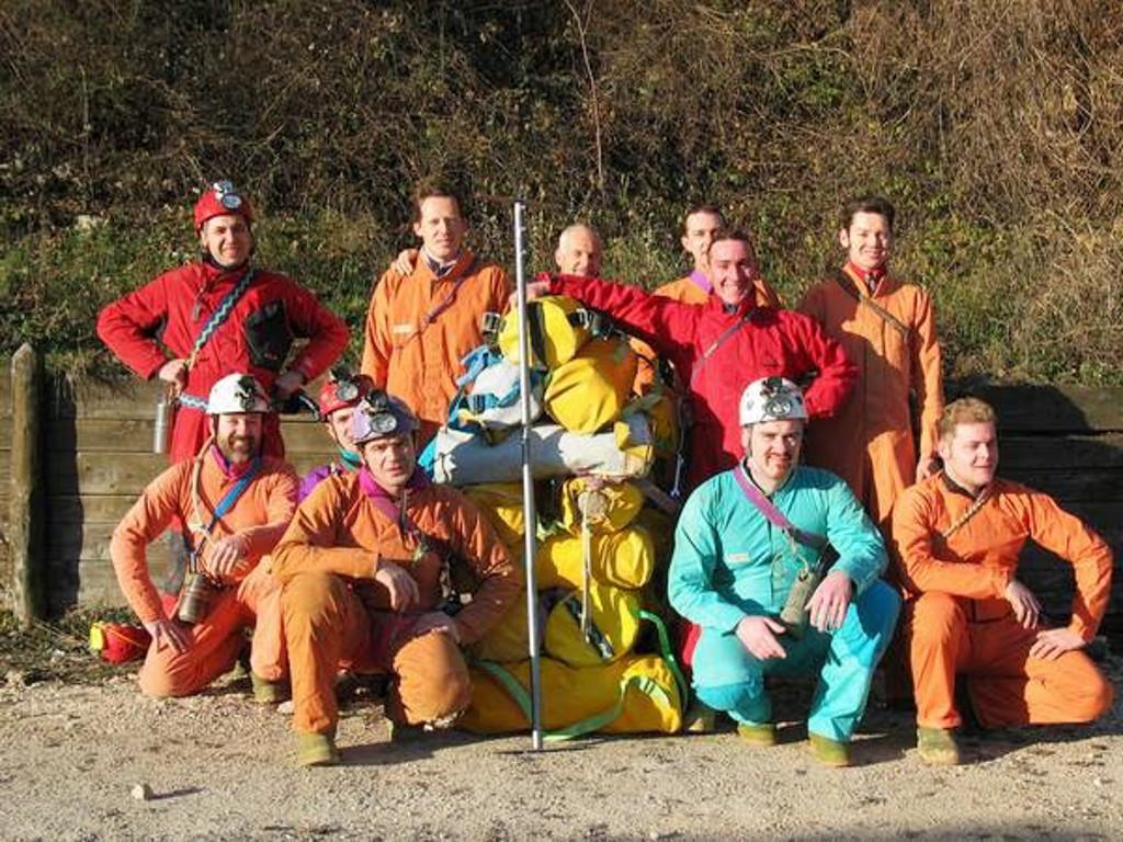 """La squadra di speleologi del GSM protagonista della spedizione """"Natale 2003"""" durante la quale si è verificato il primo contatto sonoro tra Rana e Pisatela (foto Sandro Sedran)"""